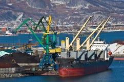 Päfyllning av kol på skeppet Tong Mao 101 i porten av Nakhodka Nakhodka fjärd Östligt (Japan) hav 02 03 2015 Arkivfoton