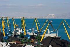 Päfyllning av kol på skeppJ-harmoni i porten av Nakhodka Nakhodka fjärd Östligt (Japan) hav 02 03 2015 Arkivbilder