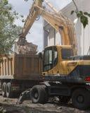 Päfyllning av konstruktionsskräp efter rivning av en byggnad royaltyfri foto