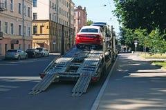 Päfyllning av nya bilar på ett vägdrev Royaltyfri Bild