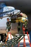 Päfyllning bombarderar på bombplanen B-52 Arkivfoto