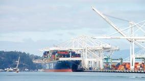 Päfyllning för VÅG för lastfartygCMA CGM på porten av Oakland Arkivfoto