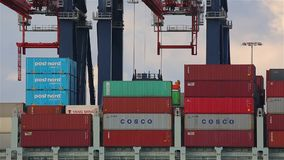 Päfyllningsbehållare på ett skepp stock video