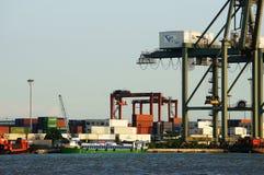 Päfyllningsbehållare på port, maritim transport royaltyfria bilder