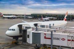 Päfyllningspassagerare i Boeing 777 nära en av terminalerna av den största flygplatsen för Heathrow flygplatsLondon ` s i London, royaltyfria foton