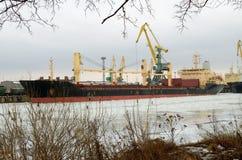 Päfyllningstankfartyg i porten Royaltyfria Foton