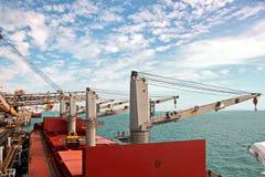 Päfyllningsterminalen av kolprodukter för lastfartyg, bulkers och sikten av lasten sträcker på halsen laddaren Australien? 2018 royaltyfria foton