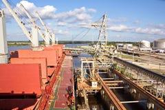 Päfyllningsterminalen för att ladda last i stora partier av kemisk sulphur till bärare i stora partier för havet som använder en  arkivfoto
