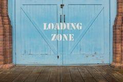 Päfyllningszonen målade på den blåa wood dörren arkivbild
