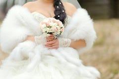 Pälsfodra och bröllopbuketten Royaltyfri Foto