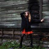 Pälsfodrar den färgrika klänningen för den storartade charmiga gipsyen och täcker klätt utomhus- Arkivfoton