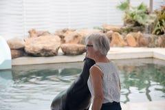 Pälsskyddsremsan kysser kvinnor Visa i teatern havet Arkivfoto