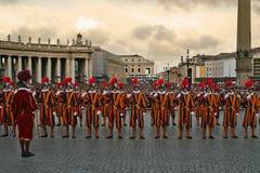 Päpstliche Schweizer-Abdeckungen in Vatican. lizenzfreie stockfotografie