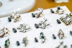 Pärlaörhänget på skärm med priser i modedeparementlager shoppar arkivbild