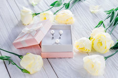 Pärlemorfärg örhängen i gåvaasken Royaltyfria Bilder