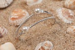Pärlemorfärg armband Arkivfoto