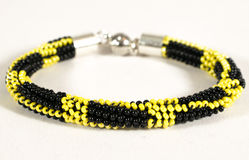 Pärlemorfärg armband i guling och svart Arkivbilder