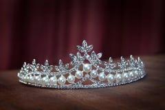 Pärlemorfärg diadem för kunglig person, krona för brud Gifta sig drottning Arkivfoton