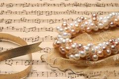 Pärlemorfärg halsband. royaltyfri foto