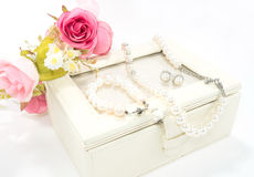 Pärlemorfärg halsband, armring och örhänge royaltyfri foto