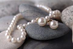 Pärlemorfärg halsband och örhängen arkivfoton