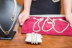 Pärlemorfärg halsband och armband Royaltyfri Foto