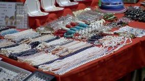 Pärlemorfärg halsband och souvenir på den Jomtien natten marknadsför thailand Pattaya arkivfilmer