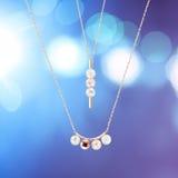 Pärlemorfärg halsband på blå bokeh Royaltyfria Foton