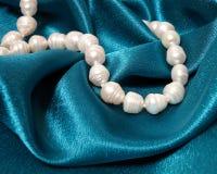Pärlemorfärg halsband på en bakgrund Royaltyfria Bilder