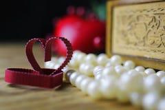 Pärlemorfärg halsbandförälskelseask royaltyfria foton