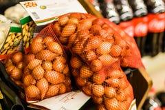 Pärlemorfärg lökar inom av livsmedelsbutik Fotografering för Bildbyråer
