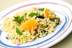 pärlemorfärg sallad för couscous Arkivfoton