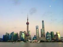 Pärlemorfärg torn som beskådas från bunden i Shanghai Royaltyfri Fotografi