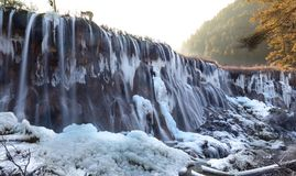 Pärlemorfärg vinter för dal för stimvattenfalljiuzhai Arkivfoton