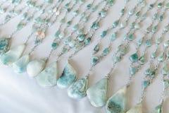 Pärlor av den blåa larimar stenen ligger på räknaren Royaltyfri Foto