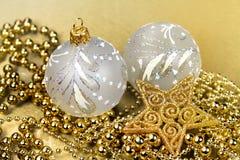 Pärlor för nd för guld- bollar för julgarnering guld- Royaltyfri Fotografi