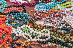 Pärlor från halvädelstenar Indiska smycken på shoppar räknaren arkivfoton