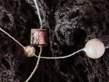 Pärlor från Murano exponeringsglas på stuckit tyg arkivfoto