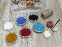 Pärlor handgjord efterföljdsmyckendanande Arkivfoton