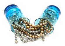 Pärlor i blått som dricker exponeringsglas Arkivfoton