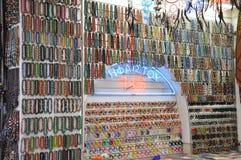 Pärlor och armringen shoppar arkivbilder
