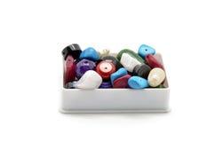 Pärlor och billig prydnadssakask Arkivfoto