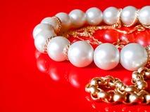 Pärlor och guld- smycken Royaltyfria Bilder