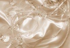Pärlor och nacreous beeds på silke som bröllopbakgrund I Sepi Royaltyfri Bild