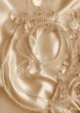 Pärlor och nacreous beeds på silke som bröllopbakgrund I Sepi Arkivbilder
