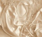 Pärlor och nacreous beeds på silke som bröllopbakgrund I Sepi Arkivfoto