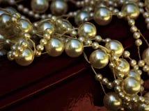 Pärlor och rött piskar bakgrund royaltyfria foton