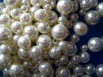 Pärlor på en blå bakgrund fotografering för bildbyråer