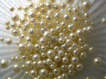 Pärlor på en silvrig bakgrund Fotografering för Bildbyråer