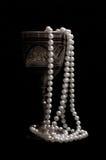 pärlor pryder med pärlor wineglassen royaltyfria bilder